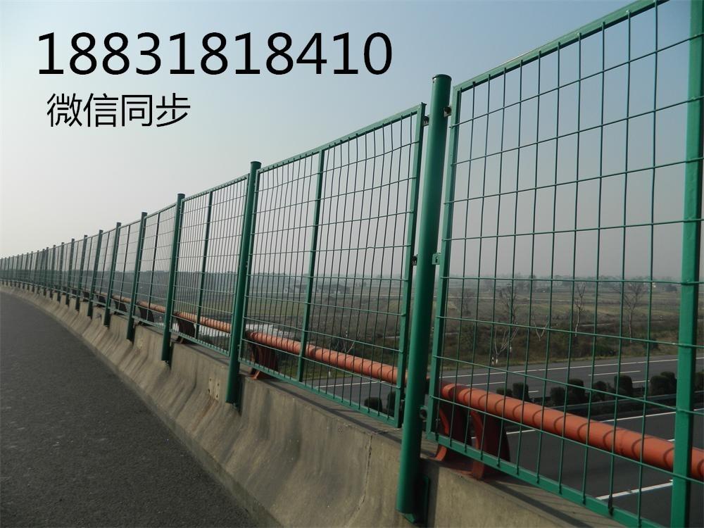 """英文:Framework wiremesh Fence 结构护栏网又称为""""边框式防攀焊接片网"""",""""结构隔绝栅""""等。它是一种拼装十分敏捷的产品,广泛用于我国的公路、铁路、高速公路等;既能够建造成网墙,又能够作为暂时隔绝网运用,只需选用差另外立柱固定方法标准便可完成。"""
