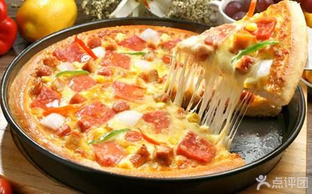 再撒上柔软的100%甲级莫扎里拉乳酪,放上海鲜,意式香肠