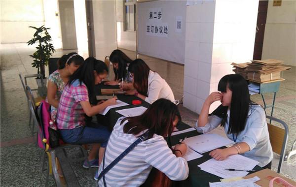 川大科技园职业技能学院新生报到记: 骄阳似火 青春如