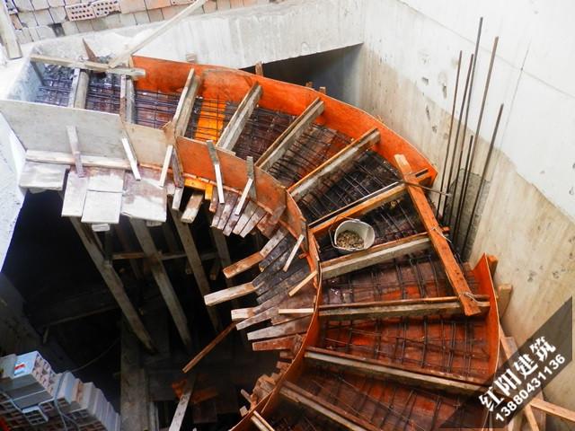 钢筋混凝土楼梯的预制构件主要有钢筋混凝土预制踏步,平台板,支撑结构