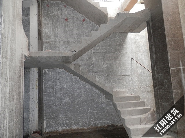 层的坡顶阁楼例外,其建筑结构完全迥异于一般居室空间的建筑结构,设计