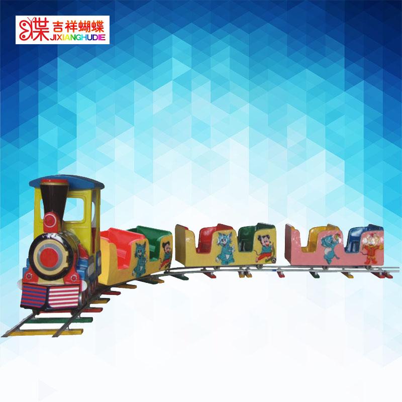 火车头在前,后面跟着数节类似摇摆机款式的卡通座位供儿童玩乐的机械