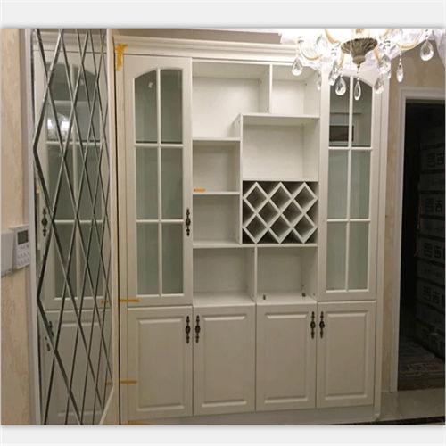 板式酒柜指的就是用人造板材制作的酒柜,每个板材之间用金属链接,属于图片