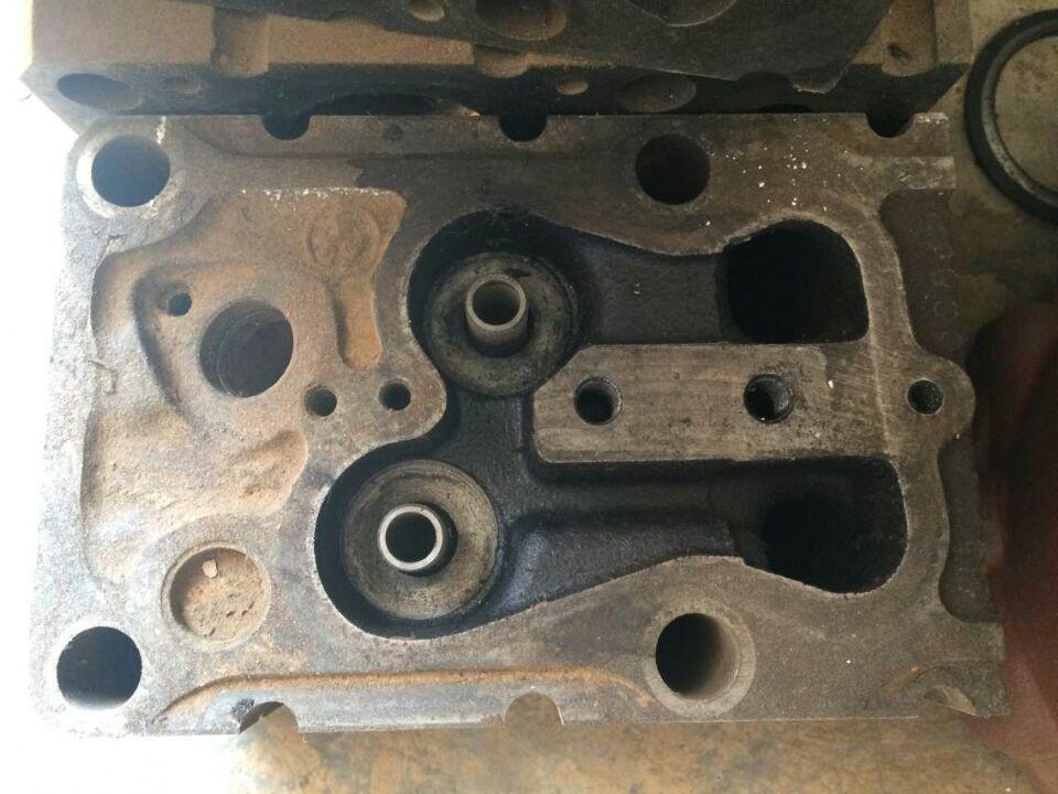 气缸的上部可以清楚地听到一种活塞敲击缸体的清脆的图片