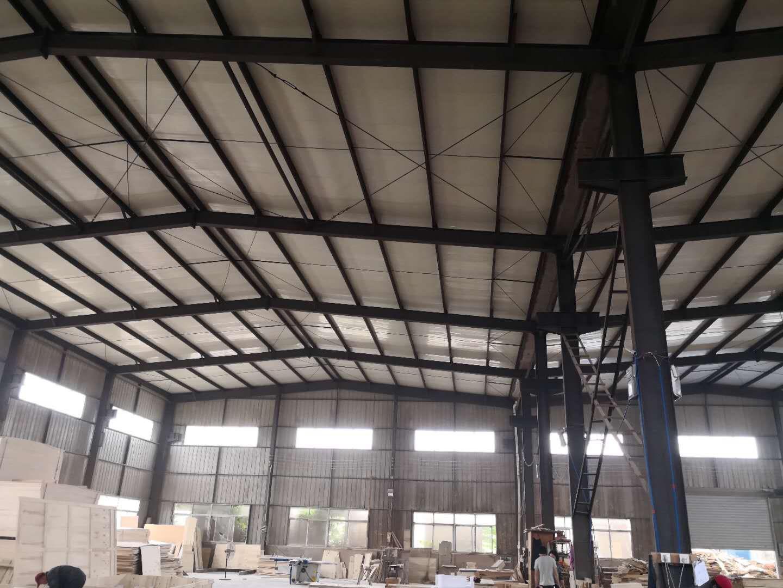 钢结构是用钢材(型材、板材)制成构件或零部件,再用一定的连接方法连接而成的结构。连接质量的优劣,直接影响整体结构的安全。正确选择连接方法和合理设计连接形式,是钢结构安装中的重要一环。合理的连接设计,应符合安全可靠、构造简单、传力明确、方便施工以及节约钢材等原则。预埋地脚螺栓是钢结构厂房安装施工现场的重点工作项目,必须要求施工单位编制专项施工方案,并施工。 由于二手钢结构厂房内有些机器产生热量和水蒸气,这些热气和水蒸气如果不及时排出,就会在厂房内累积,从而使钢结构厂房温度升高影响钢结构厂房环境。解决这些问