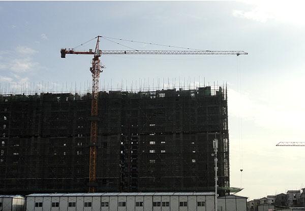 安全监督机构也要加强对进入施工现场的高层塔吊监督管理,建立高层