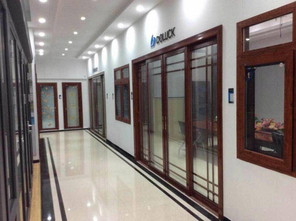 佛山市德来客门业有限公司位于佛山南海区,主要产品有高档铝门窗,产品全面涵盖平开门、推拉门、吊趟门,折叠门、断桥节能安全门窗、阳光房等系列。开业以来,公司以先进的生产设备,完善的售后服务,丰富的生产经验和优质的产品质量一直受到客户青睐,信赖。