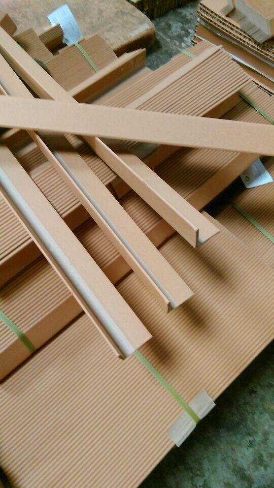 纸护角(又称纸角铁、纸角板、护角板、纸包角)由牛皮纸、纱管纸和优质水溶胶叠压制成,结构非常坚固,使用中可以抗挤压和撞击,承重能力强,是保护纸箱边缘角的最佳产品。并可回收再循环利用,绿色无污染。 辰泰纸品科技有限公司生产纸护角具有抗压、防潮、价格低、重量轻、强度高等特点。广泛应用在各类包装中。 其主要用途如下: (1)、能与托盘配套使用,提供牢固的整体包装,防止货物倾斜、倒塌,能增强纸箱的叠放强度,防止打包带对产品带来的伤害。 (2)组成一个包装整体,如空调、洗衣机,电器设备等,使用护角加蜂窝纸箱组成一个包