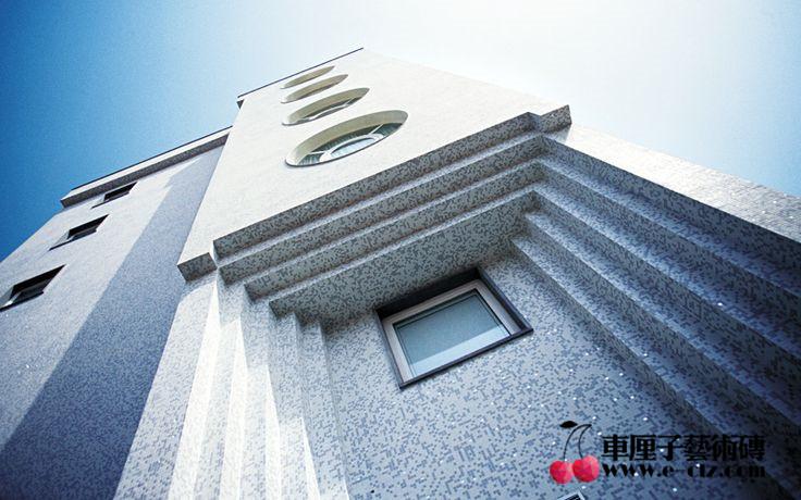 石材马赛克优点: 1、装饰性强 石材马赛克运用拼图的形式加强其装饰性,材料非常丰富且色彩变化多,在装饰室内空间时,既可将其做其他装饰材料的点缀材料,也可大面积运用,制作成石材马赛克背景墙;既可运用马赛克砖颜色的渐变方式,也可运用各种几何排列,以其丰富的图案给人以冲击、美感。  2、耐磨性强 马赛克的主要原料多为天然的石材,在它的耐磨性方面,是瓷砖和地板等装饰材料无法比拟的。因马赛克砖的每块小颗粒间的缝隙较多,形成其抗应力能力要比其他的装饰材料更具优势。