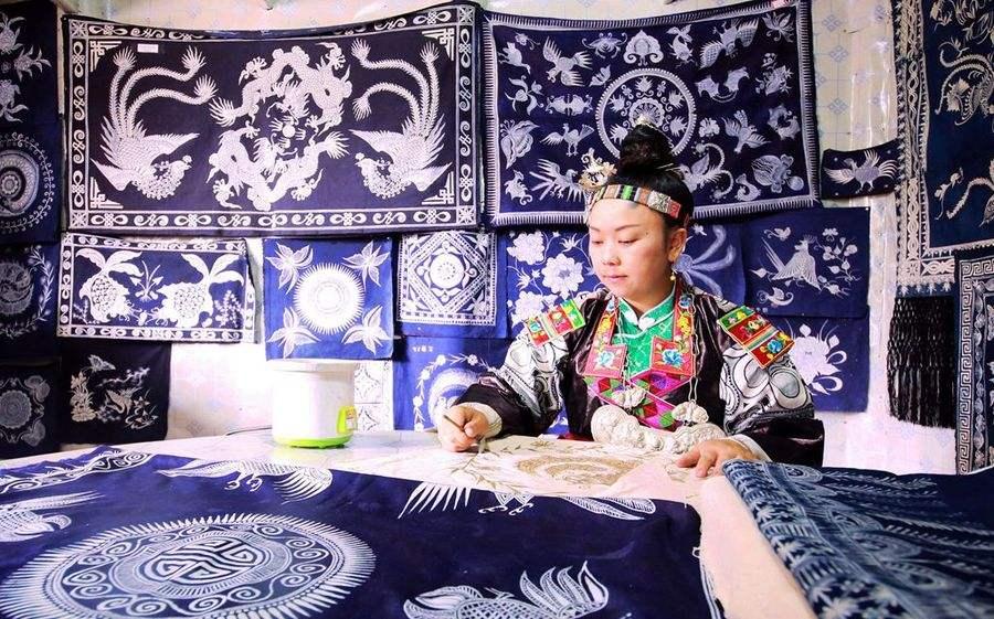 贵州,云南苗族,布依族等民族擅长蜡染.