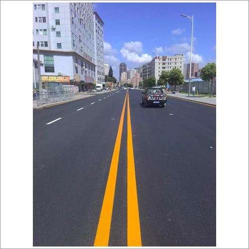 柏油路是路面由沥青铺成的道路.