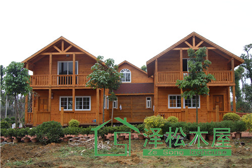 俄式木屋由纯木建造,具有独特的木质凹槽,结构稳定,韧性极好,整体抗震图片