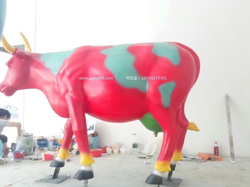 羊年彩绘奶牛雕塑优良的雕塑作品需求有精采的计划底子,玻璃钢雕塑的计划应考虑到其材料与技能的特征。玻璃钢技能易于成型夸姣的流线型成品,能够出色作品的现代和时代感,在计划时可优先选用圆弧状与流线型。此外由于玻璃钢具有轻质高强的利益,能够缔造动感强而支持面积小的作品。有时玻璃钢雕塑需后涂装胶衣表层,由于胶衣具有自流平性,一同固化时在概略张力的浸染下胶衣层有一定的拉平浸染,该环境下不适合默示翔实的纹路。这些在计划时应给以考虑。玻璃钢雕塑的原模可用泥来描写,通常塑模由专业人员结束。雕塑工作结束后,经由天然单调,具有