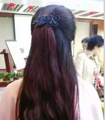 海娜,又叫散沫花,它是纯天然的植物粉末,用于纹绣,彩绘以及头发,指甲