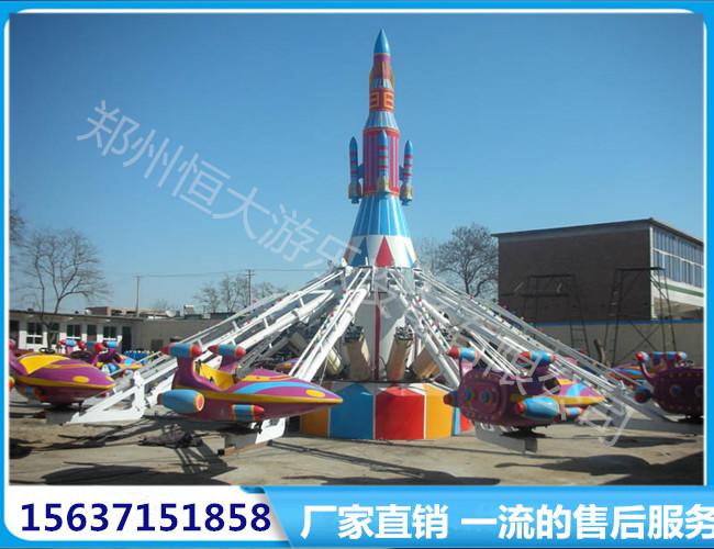 飞机围绕中心火箭或其他造型的装饰旋转,并自由控制上升和下降,游客在