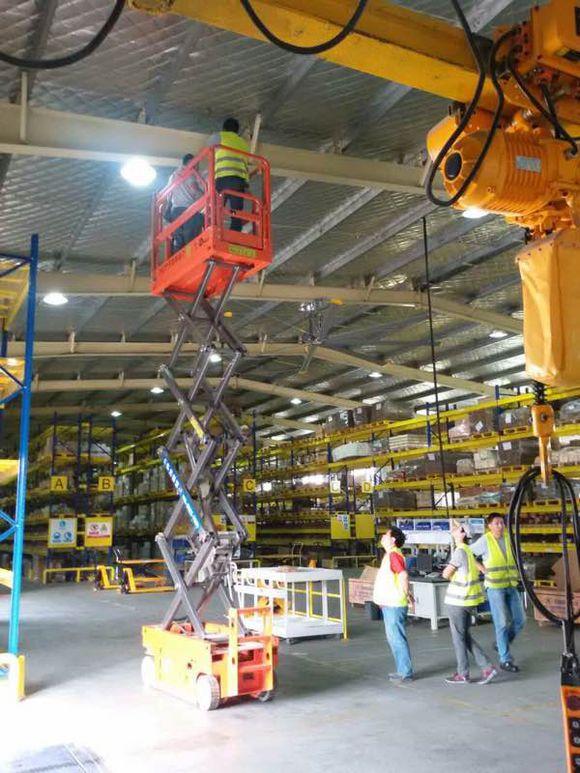 大型工程适合用的高空作业平台 升降机图片