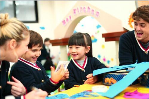 外教老师的幽默和爱心,都使孩子们感受到活泼宽松的学习氛围,而没有