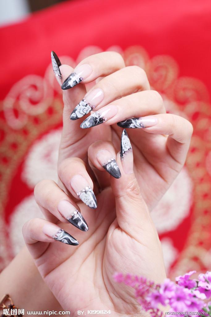 使用不同粗细磨砂棒修整指甲 一般市售修指甲的组合中,会有不同粗细图片