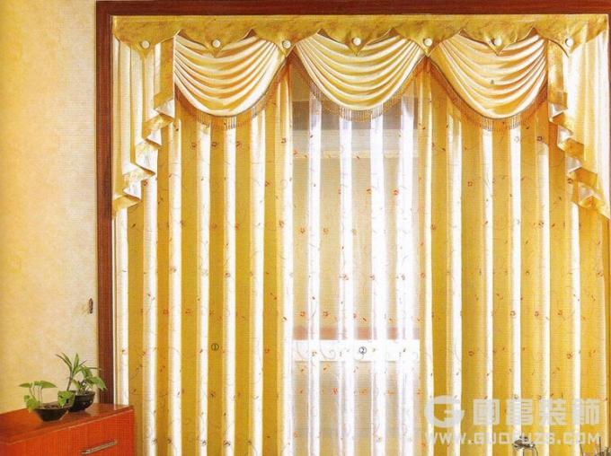 二、 窗帘布的选择: (1)窗帘布的尺寸窗帘布有定高布、定宽布之分。所谓定高布指一卷布的高度是固定的,有2.8米、2.1米两种.定宽布的规格是1.45米,依据窗户尺寸合理选择规格,节省用布的同时能更有效的匹配布艺的花色诠释。 (2)窗帘布的材质窗帘织物一般是天然棉、人造棉、涤纶、晴纶等。棉类织物具耐热性、吸湿性特点。 涤纶有耐晒性、耐磨性、免烫性、手感舒适。 晴纶有良好的耐晒性。手感优良、蓬松保暧。 三、窗帘布艺的款式: 1、按结构划分,有简易式、导轨式、盒式三种。 2、按采光划分,透光、半透光、不透光