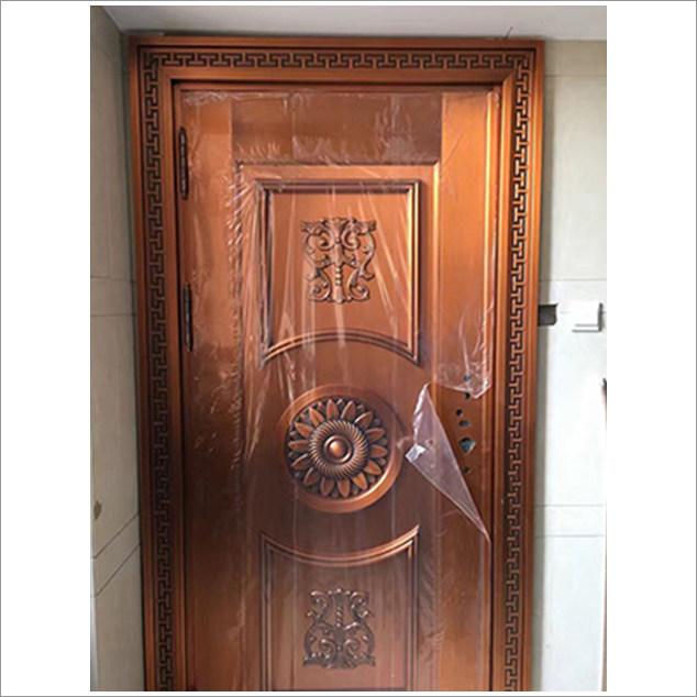 彩色铜门: 目前,用于院落外檐的铜门形体较大,雍容华贵,而作为普通公寓的户门,虽然体型稍小,却同样富贵气派,品味不俗。  一般来说,现代拉丝铜门的颜色可以做到近十种。铜门的内部为钢结构骨架,外部包裹加工好的铜面板型材。易折弯塑性,不易开裂的T2紫铜带是铜门面板非常好的型材,在铜门中运用较多。铜虽然属于防腐材料,但铜门在制作中往往还会对其做进一步的防腐处理。比如,先在表面拉丝,然后进行多次表面清洗、钝化,隔断面板型材表层与腐蚀材料的接触,保持铜原有的颜色。接下来再进行不少于两次的磷化处理,在表面形成一层保