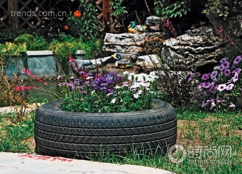 主人设计了这样一个轮胎花坛,真 前院的半圆形欧式小男孩喷泉,