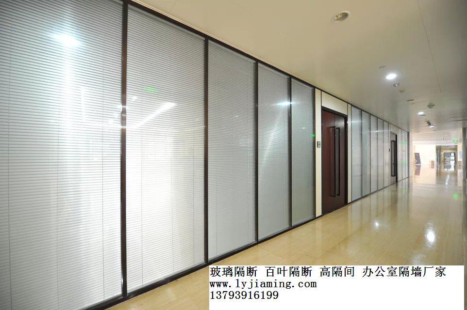 玻璃隔断墙实现防火要求,除了玻璃其型材也尤为重要,像钢铝结构或全钢