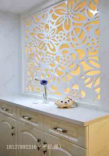 而欧式镂空花格作为欧式室内装修风格的画龙点睛之笔也是润物细无声的