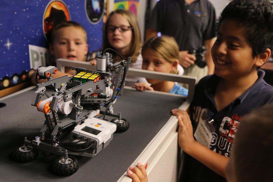 国内目前有哪些智能机器人教育培训机构 凤凰机器人全国招商