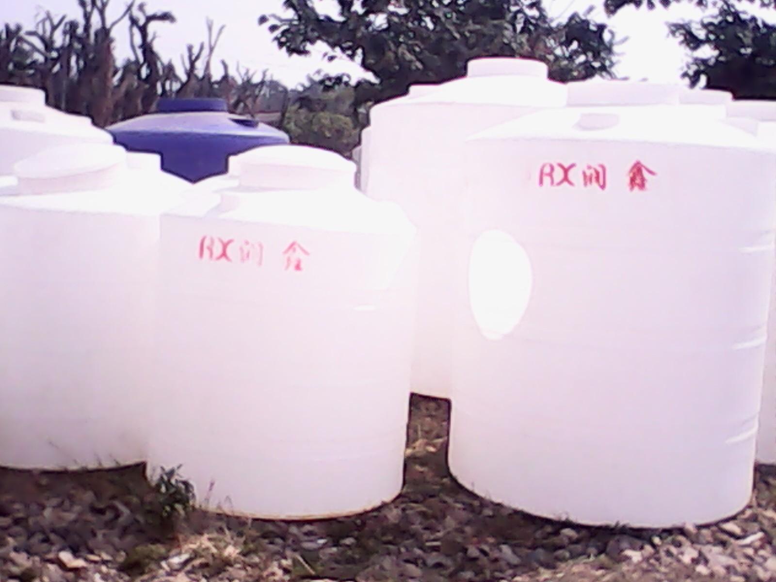 ;对应型号为:PT-300L,PT-500L,PT-1000L,PT-2000L,PT-3000L,PT-5000L,PT-8000L,PT-10000L,PT-20000L,PT-30000L,PT-40000L,PT-50000L等。产品采用进口聚乙烯原料和滚塑工艺一体成型,无毒、无味、无臭的乳白色颗粒,具有强度高,韧性好,钢性好,耐热,耐寒等优点,还具有良好的耐环境应力开裂、耐撕裂强度等特性,并可耐酸、碱、盐,有机溶剂等,还具有防老化,耐腐蚀,防紫外线照射,外形流线美观不易脏污,桶内不长青苔,可轻易