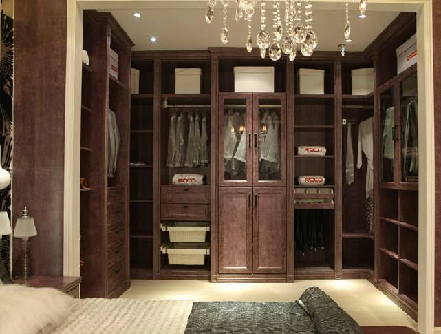 每天早上打开衣柜发现衣服永远是一团糟,想找的衣服半天找不到,心情也跟着糟糕起来,而主要做好了衣柜规划,衣物收纳就解决了一大半了。 一、结构篇 好的衣柜不仅仅是容纳下所有的衣服,更重要的是衣柜设计。因为衣柜收纳空间大小,其实是由衣柜内部结构设计决定的。 把衣柜分割成大大小小不同的区域,层板、抽屉、侧隔板本来是为了分门别类收纳不同衣物,实际上却约束了使用者。那些大小不一的格子有时候就是鸡肋,有些格子太浅根本没办法放置衣服,除了占用空间并没有多大的实用性。 我们在市面上看到的这些被制造出来时已经分隔好了空间