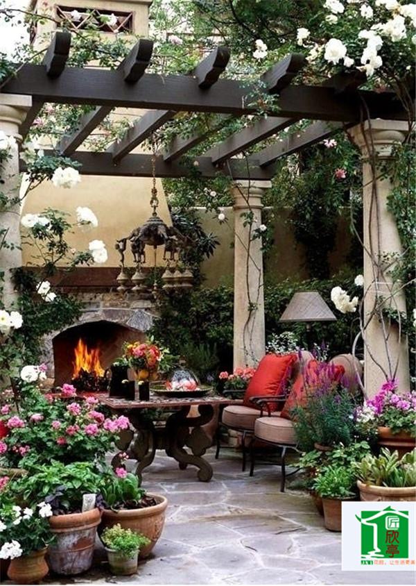 随着城市的发展,屋顶花园也随之热门起来,不过有个屋顶花园还是很好的一件事,工作之余去花园中放松身心,还可以亲近自然。屋顶花园装修在需要考虑很多的问题,比如防水,排水还是屋顶承重等问题。   1、首先,你应该考虑一下的你的屋顶是不是能够承受屋顶花园的重量,要是不行我劝你还是算了。不过要是你的方式新开发出来的,还是能够承受屋顶花园的重量的。屋顶花园一般要求屋顶能够承受350千克/平方米以上的外加荷载能力。但是就算能够承受屋顶的重量,也要想办法减轻荷载,像屋顶花园的亭、廊、花坛、水池、假山这些比较重的景点的景