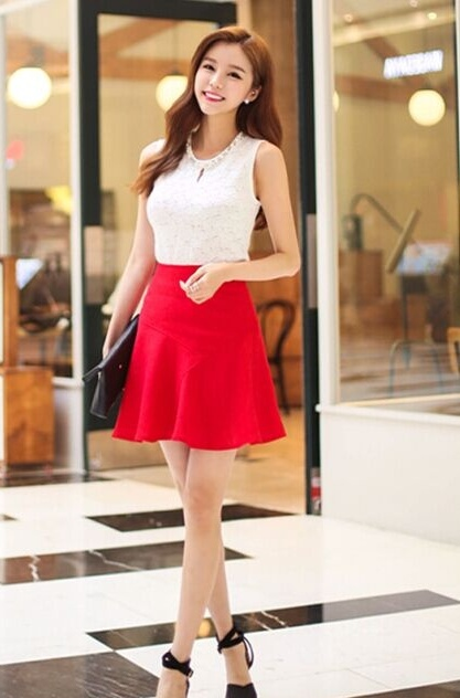 白色蕾丝印花修身t恤搭配红色半身裙