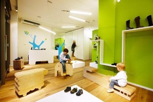 儿童在试穿鞋子   整间专卖店充满了童趣的氛围.设计师精高清图片