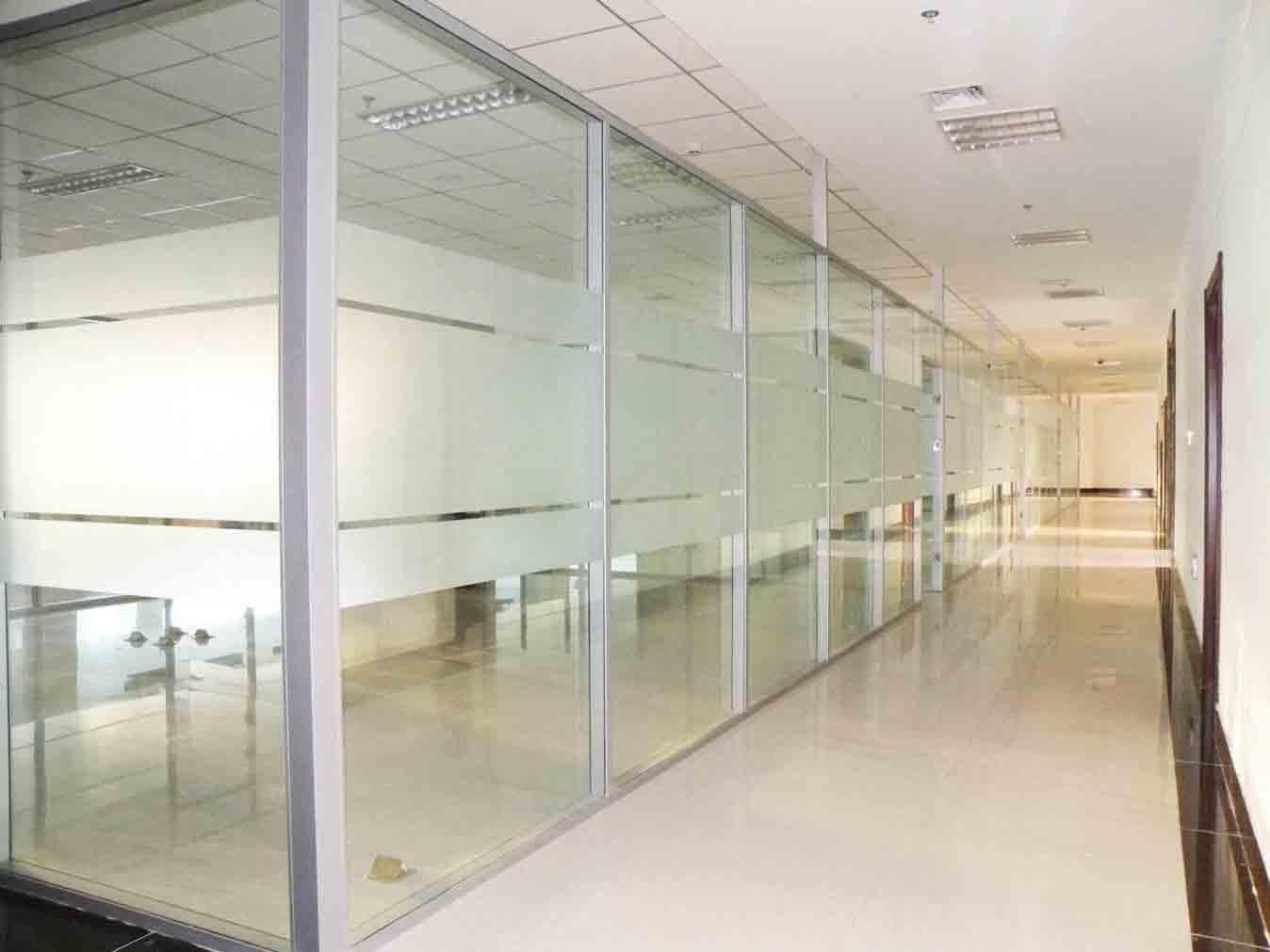 办公室装修选用玻璃隔断就找广州朗皓玻璃隔断墙公司15814828767