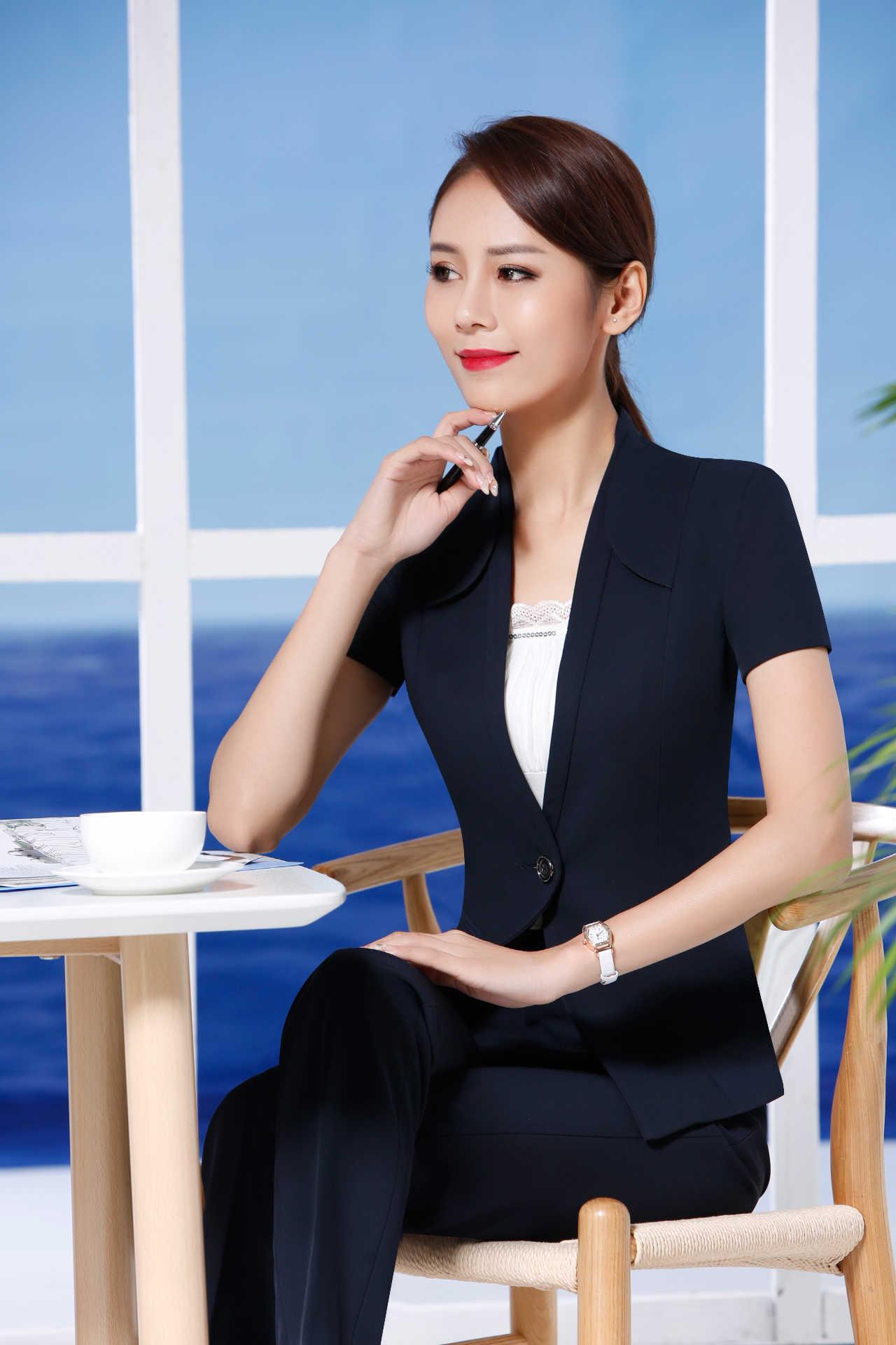 外配黑色开衫,下身灰色裙子上印有独特花纹,显得活泼可爱.