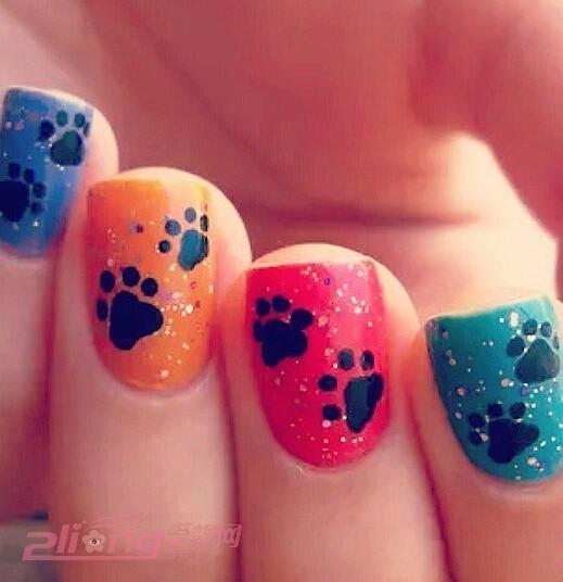 可爱的猫咪表情的美甲哦,很可爱吧,有奢华的亮钻,有可爱的猫咪表情