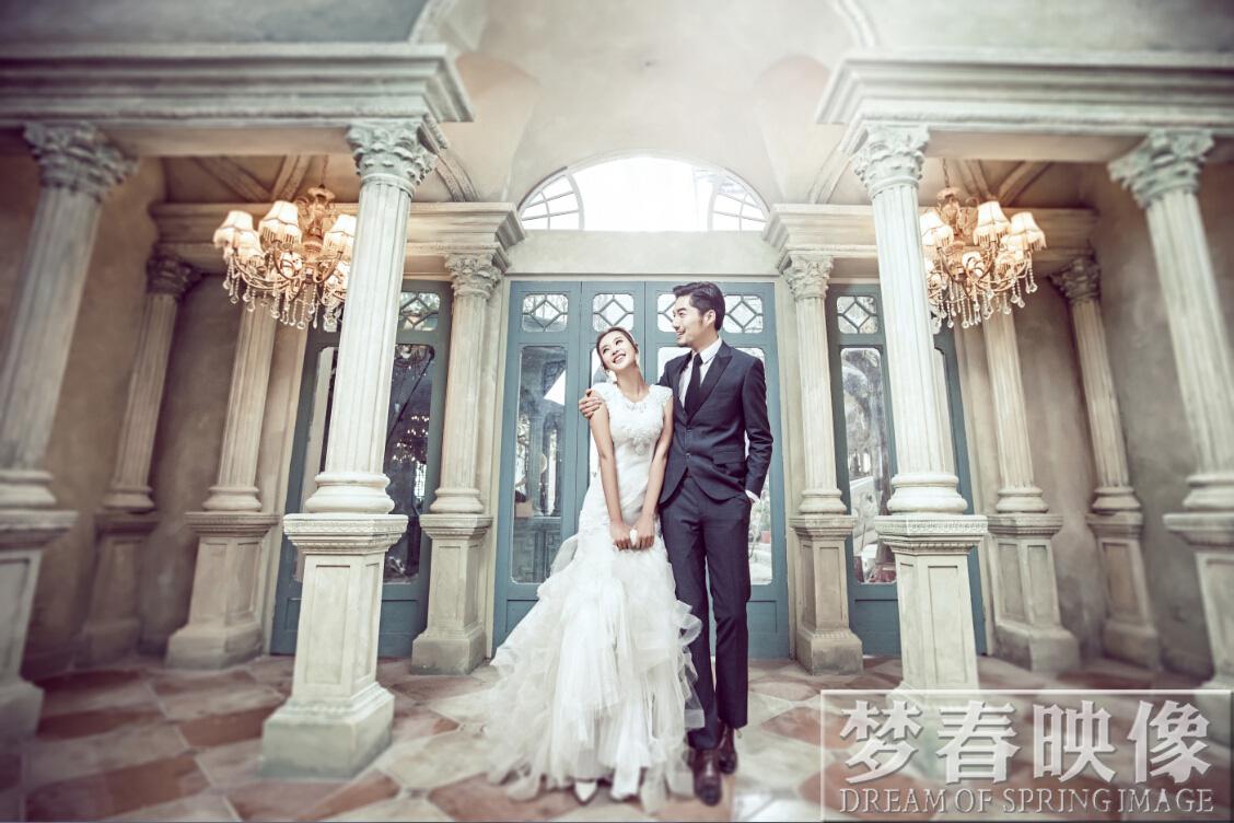 2.量身定制的婚纱礼服。 欧式婚纱照内景的低调奢华,外景的高贵典雅是其精髓。所以我们在拍摄的时候也要注意彰显这点,那么表现的典型便是注意婚纱礼服的挑选。婚纱上,若是以保守为主,则是白色婚纱。款式上,建议选择长款,或是及地或是小拖尾。欧式场景上十分的壮观大气,具有着浓郁的欧式气息,所以这种场景时最适合长款婚纱的拍摄了。颜色上若是想要更加靓丽多彩一些,也可以选择耀眼的红色礼服,最好可以薄纱清扬,那样拍摄出来的效果是十分惊艳的。