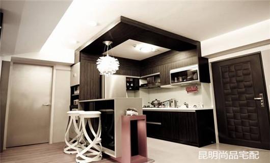 二、家装吧柜 家装吧柜主要起到储物的功能,可以存放杯盆器皿、水果饮料、烟酒等物品,并且吧柜还具有展示功能。吧柜的结构设计多种多样,主要有吊挂、壁挂、单体独立、嵌入墙体等多种方式,吧柜的造型主要有格架式、橱柜式、火墙层板式等。 三、家装吧凳 家装吧凳的设计非常注重形廓的洗练和精致感,吧凳的形式很多,一般可以分为有旋转角度与调节作用的中轴式钢管吧凳以及固定式高脚木制吧凳两大类。 家装吧台尺寸 一、家装吧台通常是与玄关柜或厨房空间连在一起的。根据家装吧台的设计标准,如果橱柜和吧台连接在一起时,设计的吧台高度一