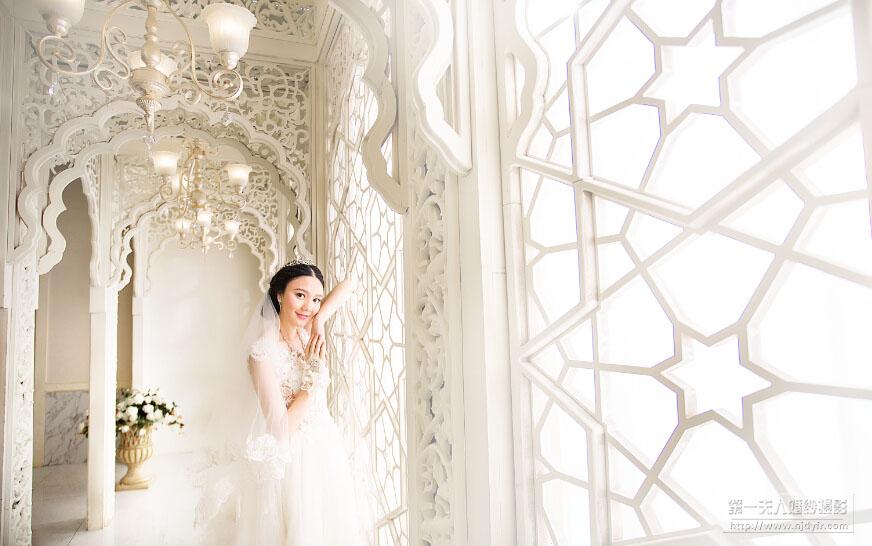 在新娘发型中,为了更好地和头纱搭配,很多人都会选择精美的盘发发型。在复古新娘发型中,丸子头一直都是打造俏皮新娘发型的选择。一个简单蓬松的丸子头盘发,点缀闪烁复古的头饰,再加上一顶浪漫唯美的白色头纱。搭配浪漫的白色婚纱,就能够将新娘的唯美浪漫很好展现出来,而不同与一般盘发的是,这样的发型还能让新娘在优雅中增添一抹俏皮与甜美。