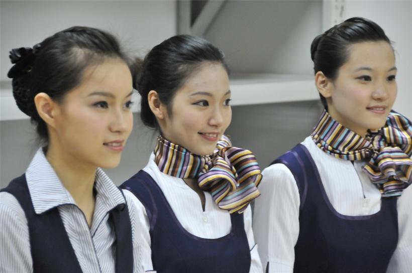 空中乘务员主要的职责是飞机上确保乘客旅途中的安全与舒适;指导乘客
