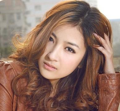 这款韩式烫发发型简单自然,斜拨在一旁的秀发,显现出大气和浪漫.
