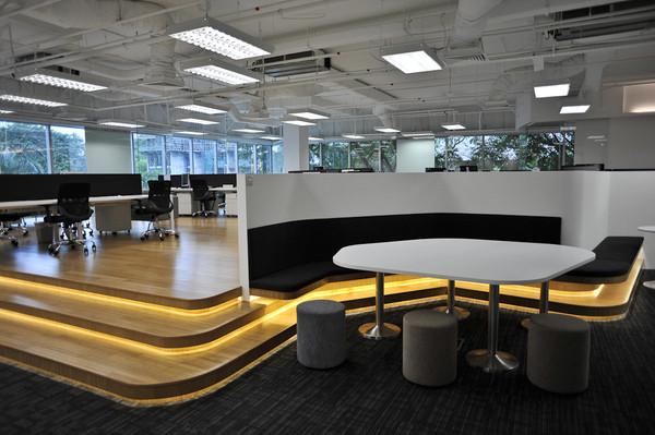 办公区的地面使用木地板抬高了三层这在一般的办公室
