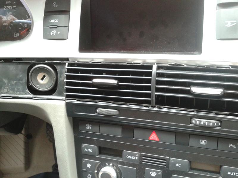 12款奥迪A6一键启动双系统安装图  图1;CAN线端子,喇叭继电器为2脚,12V和地线(12V和地线这个位置总共三根线;棕色为地线,红色12V,还有一条是红蓝也是12V但不是长电不可取。)  CAN总线端子的位置和喇叭继电器的位置 图2;拿掉空调的出风口,把锁头给拆下来,出风口拆下后就能看到锁头两边的螺丝扭下便可拿掉锁头。出风口最好找专业人士拆,因为难度很大。  图3;接下来的工作就是拆锁头的内部结构了,以下步骤务必小心谨慎,不建议用吹风筒,以免吹掉原器件,用烙铁最好。如图示用烙铁便可拿下锁头。  图4