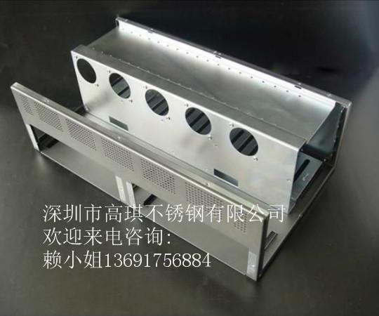 通常来说,机箱机柜顶部都有两到四个风扇,侧壁风扇应安装在机箱机柜后壁,为什么要这样做呢,其原因是设备后部会产生大量热量为了及时把热量排出所以要再侧壁风扇安装在机箱机柜后壁。表面处理以及散热性处理对于机箱机柜来说都是特别重要的,这两样做好了对配电箱来说性能会更强。机箱机柜内部一般来说会有很多固定环,这些固定环起到了很多作用。 下面我们就来了解下为什么电力机箱机柜内部会有这多的固定环电源分配系统的设计应遵循以可靠性设计为核心,专门针对机机柜系统设计,与配电系统充分协调、无缝配合的原则,同时考虑安装的方便性。电