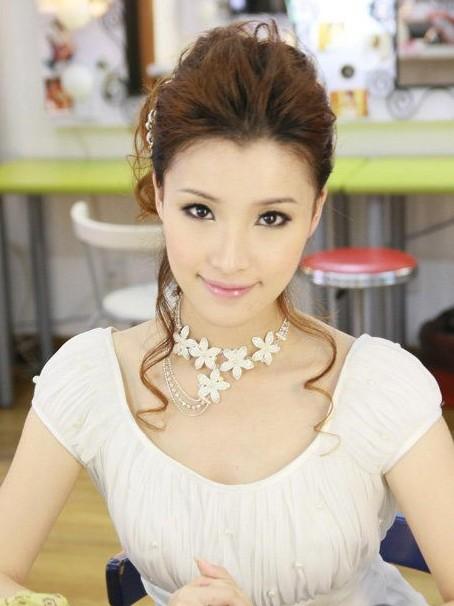导读:   美丽新娘 韩式新娘妆是新娘们都比较喜爱的新娘妆容,这是因为韩式新娘妆能将新娘打造出梦幻的美丽.图片