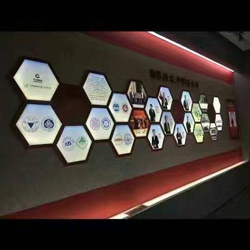 交通要道,高层建筑,广场等,通过设置宣传广告牌,造型墙,摆放鲜花,插立图片