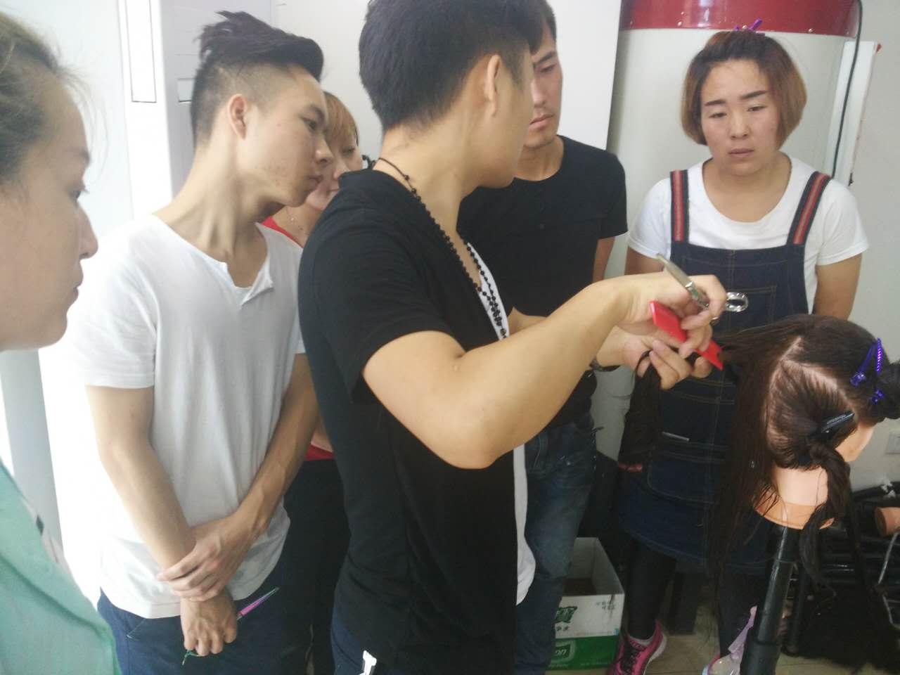 成都温江有哪些美容美发培训学校 托尼盖经典裁剪技术图片