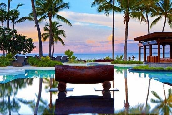 休闲海滩,摇曳椰子树以及迷人的碧蓝礁湖共同构筑成美轮美奂的迷人