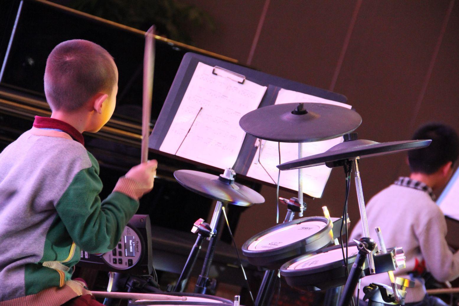 电子琴打架子鼓_架子鼓独奏是要播放伴奏好还是歌曲好-