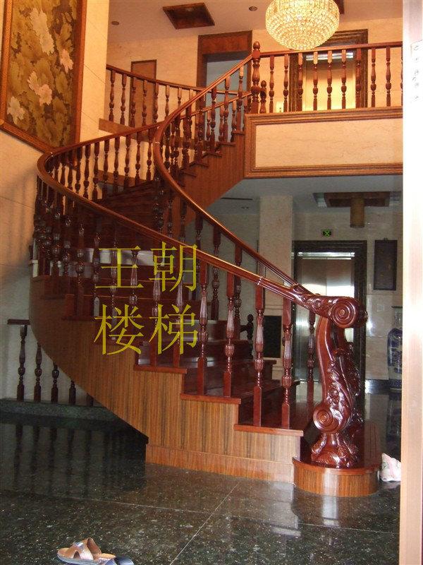 高档实木玻璃楼梯,楼梯围栏,实木楼梯踏板,实木护墙板,木制品均选用